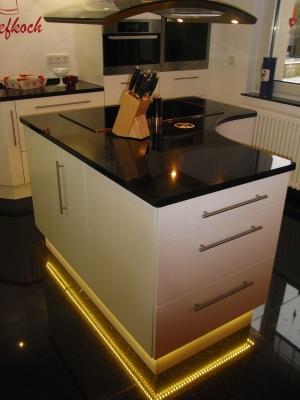 Küche hochglanz weiss und Granit