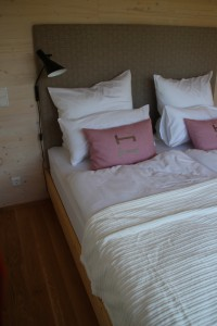 Bett mit gepolstertem Kopfteil